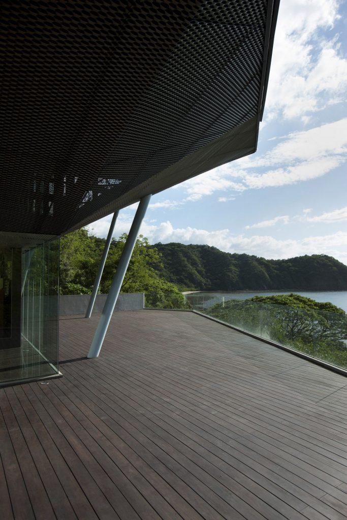 黑色金属铝网拉伸网面的屋顶和木制露台